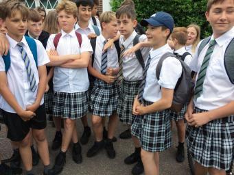 Ученики школы в Эксетере провели недельный юбочный протест против строгого дресс-кода