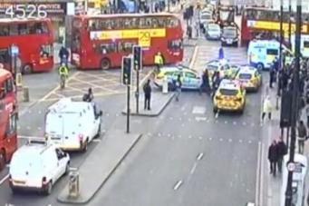 Лондонский перекресток встал в пробке из-за драки на швабрах между школьниками фото:standard.co.uk