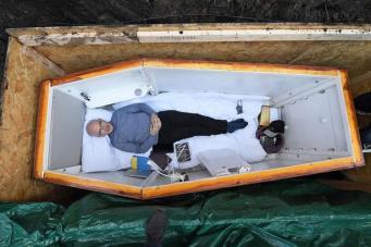 В Белфасте мужчину похоронили заживо в рамках благотворительной акции фото:belfastlive