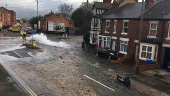 Крупная коммунальная авария спровоцировала потоп в Дерби фото:dailymail.co.uk