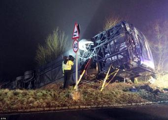 В Оксфордшире при сильном тумане и гололеде перевернулся автобус фото:dailymail.co.uk