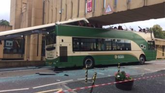 В Эдинбурге  даблдекер протаранил надземный переход больницы фото:bbc