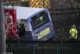 Автобус с пассажирами перевернулся на мокрой дороге в Глазго