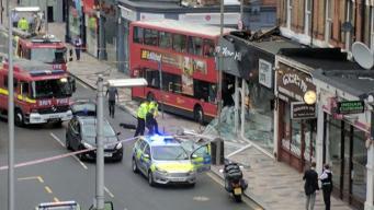 Даблдекер врезался в витрину магазина в центре Лондона: сведения о пострадавших фото:bbc