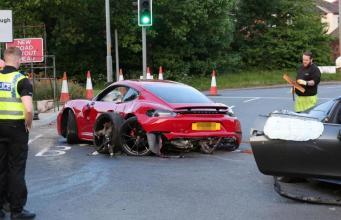 В Шеффилде водители люксовых автомобилей сбежали с места впечатляющего ДТП