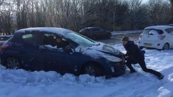 Автомобилисты побросали сотни машин на заснеженных трассах юга Англии