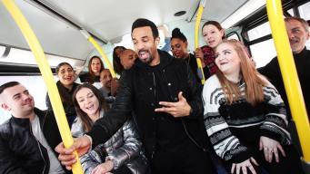 Певец Крейг Дэвид выступил в лондонском автобусе