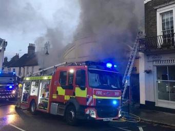 В Саффолке скучающие рабочие сожгли магазин, паб и ресторан в попытке «кремировать мышь»