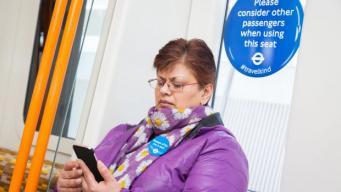 «Не всякая инвалидность очевидна»: Лондонское метро обновило указатели приоритетных мест