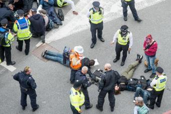Начало работы Ярмарки оружия в Лондоне сопровождается многочисленными арестами