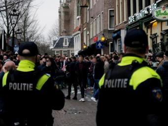 Английские футбольные фанаты попали под арест в Амстердаме