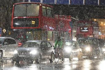 Утренний транспортный коллапс в Лондоне усугубился снегопадом фото:standard.co.uk