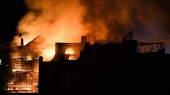 Сильный пожар уничтожил историческое здание в центре Глазго