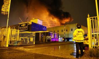 Пожар в Тотенхеме тушили двадцать пять пожарных машин фото:theguardian