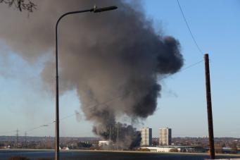 Небо над Лондоном затянуло дымом от пожара в промышленной зоне