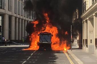 Уборочная машина вспыхнула посреди улицы в лондонском Сити фото:standard.co.uk