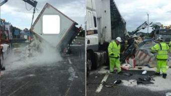 Перевернувшийся грузовик просыпал тонны муки на шоссе в Глостершире фото:bbc