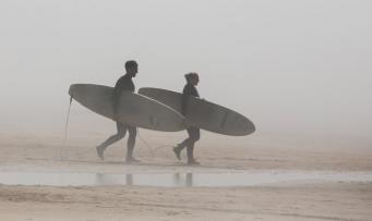 Мистический туман накрыл пляж в Девоне