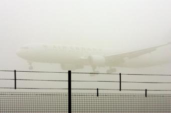Туман спровоцировал отмену десятков авиарейсов в Лондоне фото:standard.co.uk
