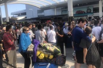 Путешественники не могут покинуть аэропорт Гатвик