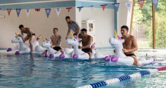 Сборная Англии отметила победу над Тунисом гонками на единорогах