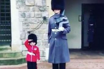 Гвардеец королевы нарушил протокол ради маленького посетителя Виндзорского замка фото:youtube