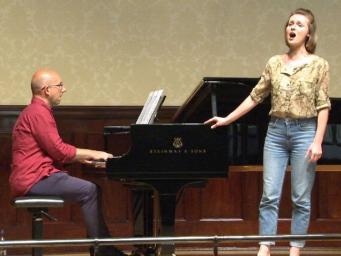 Гардеробщица лондонского мюзик-холла подменила на сцене заболевшую приму-сопрано