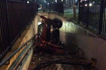 Автомобиль обрушился в переход метрополитена в лондонском районе Илинг фото:standard.co.uk