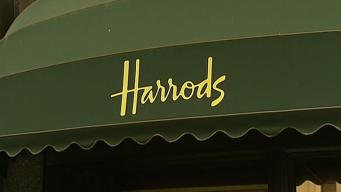 Мужчину облили неизвестным веществом при попытке ограбления у универмага Harrods фото:itv