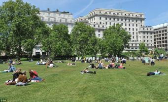Британцам пообещали жару после дождливого уикенда