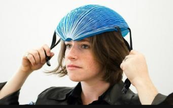 Изобретатель бумажного велошлема награждена премией Дайсона фото:bbc.com
