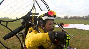 Жительница Великобритании совершила уникальный перелет на параплане с мотором фото; thegurdian.com