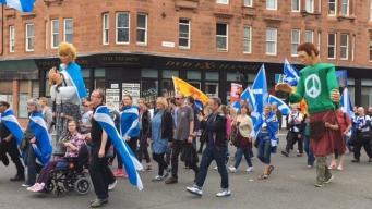 Марш за независимость Шотландии собрал тысячи сторонников в Глазго фото:bbc