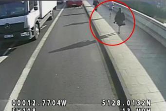 Лондонская полиция задержала бегуна, толкнувшего женщину под автобус фото:standard.co.uk