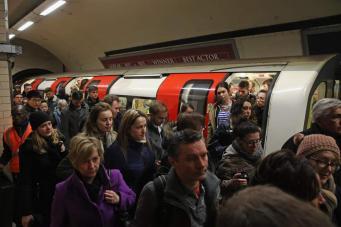 Сбой сигнального оборудования спровоцировал хаос на четырех линиях лондонского метро