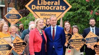 Либерал-демократы скрестили Мэй и Фаража на агитационном плакате