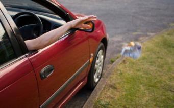 Водителей в Англии начнут штрафовать за выброшенный из машины мусор фото:telegraph.co.uk