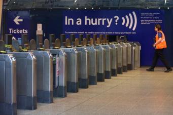 Лондонская транспортная сеть приняла миллиардный бесконтактный платеж фото:standard.co.uk