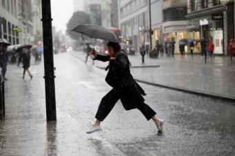 Двенадцатичасовой дождь в Лондоне затопил улицы и станции метро  фото:standard.co.uk
