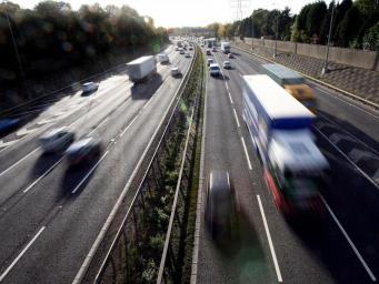 Беспилотные грузовики появятся на дорогах Британии в следующем году фото:independent