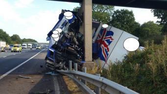 На трассе М6 в Ланкашире фура врезалась в мост