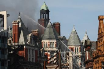 В Лондоне загорелся пятизвездочный исторический отель