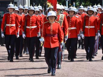 Королевскую гвардию у Букингемского дворца впервые возглавила женщина фото:ndependent