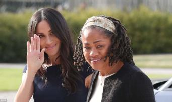 Жители Виндзора с восторгом встретили принца Гарри и Меган Маркл накануне свадьбы
