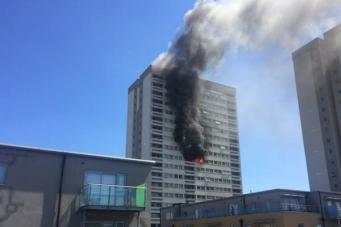 На востоке Лондона загорелась жилая высотка