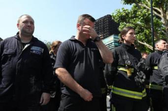 Минута молчания по жертвам пожара Grenfell Tower: число жертв растет, помощь недостаточна