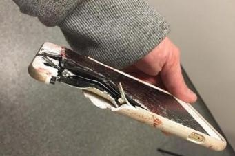 Мобильный телефон спас жизнь женщине во время манчестерского теракта фото:standard.co.uk