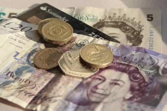 Закон о национальном минимуме зарплаты нарушили двести тридцать британских работодателей фото:dailymail