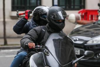 Банда грабителей на мопедах терроризирует пешеходов на Вест-Энде фото:standard.co.uk