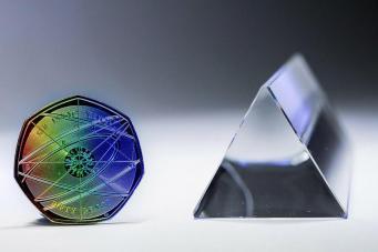 Королевский монетный двор отметил юбилей Исаака Ньютона фото:standard.co.uk